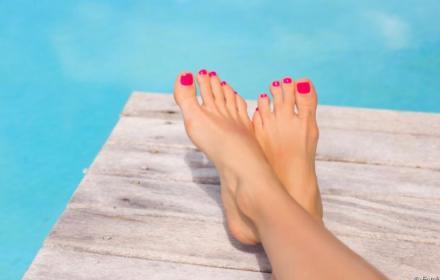 L'ete: saison douce pour pouvoir se mettre en sandale en ayant des beaux pieds.